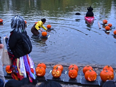 manhattan halloween nyc floating pumpkin flotilla harlem meer halloween manhattan dana discovery center kids halloween manhattan nyc